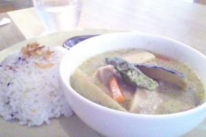 野菜とチキンのグリーンカレーSalad + Soup + Drink set 980円
